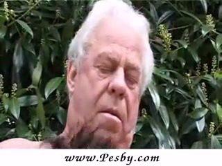 Régi gray senior van csattanás egy forró fiatal csaj