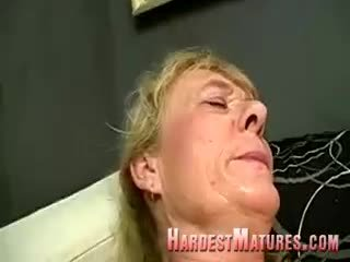 Sucio abuelita con un peluda perra