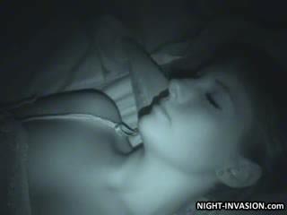 Seksikas nukk fingered sisse uni