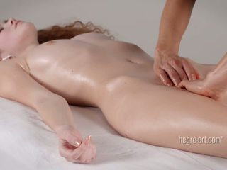 Putė receives a masažas iki a vyras su a vibratorius