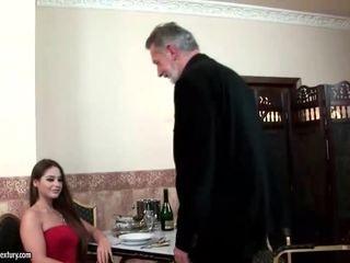 Cathy heaven enjoys seks met oud man