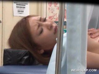 Aziāti sweetie gets viņai kampiens licked līdz lusty ārsts
