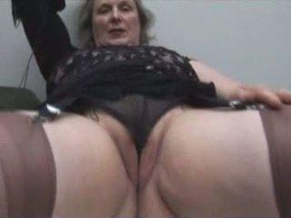 Veliko oprsje babi v nogavičke shows off debel kamelji prst