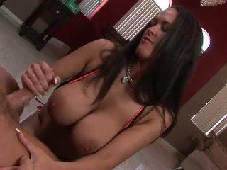 Сексуальна брюнетка з величезний цицьки gives її людина a steamy мастурбація
