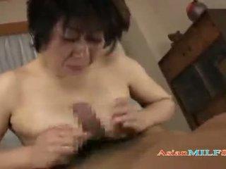 Tettona matura donna getting suo tette e pelosa fica scopata da guy sborra a bocca su il mattress