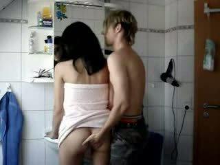 Amateur ado baisée dur en une salle de bain vidéo