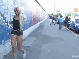 Blond mesi carla waking alla the tänav seotud üles