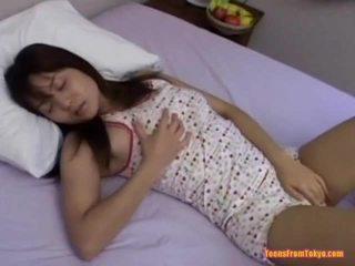 Asiatic adolescenta masturband-se