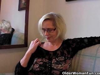 Perversne granny pushes tema fist üles tema vana vitt