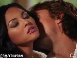 Vollbusig beauty adrianna luna seduces sie mann für leidenschaftlich sex
