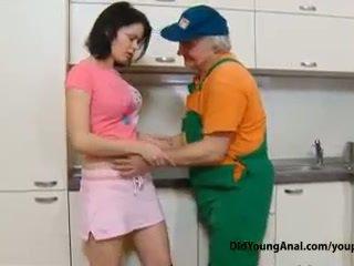 Csintalan tini lány pays an régi repairman mert munka -val neki fiatal szűk seggfej