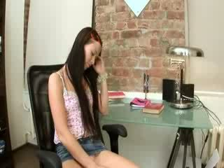 Evelina miúda escritório prazer em um cadeira
