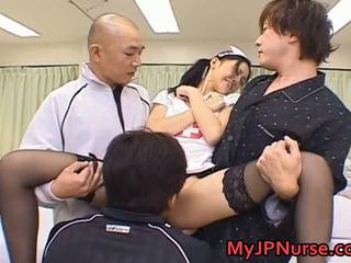 Aino kishi asiática enfermeira spreads dela pernas