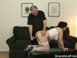 Abuelita gets su peluda hole filled con two cocks