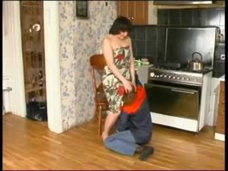 Venäläinen äiti ja a nuori plumber
