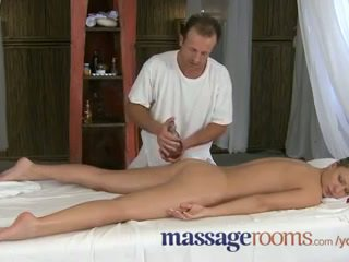 Massagen rooms innocent ung clits are aroused av äldre masseuse fingers
