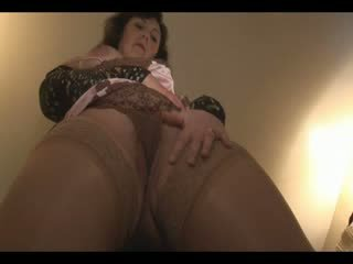 Grande mamas maduros modelo em meias longas e cetim slip undresses e teases