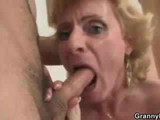 Blondinė senelė jumps apie jo varpa