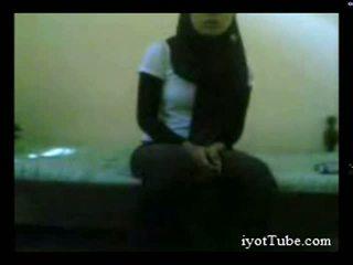 Muslim tiener student bij slaapzaal deel 1