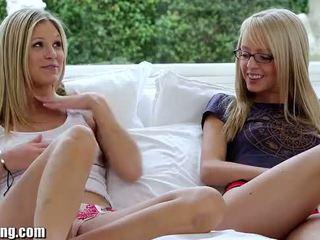 Webyoung pusaudze blondes eksperiments ar lesbiete licking