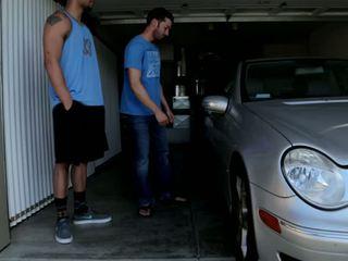 Mechanic shows край негов skills към 2 bros който получавам wrenched