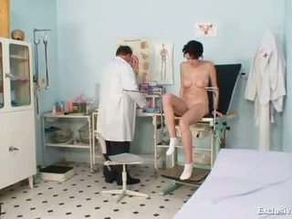 Rondborstig babe rita pervers gyno dokter onderzoek