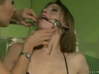Schoolmeisje punishing een slavegirl