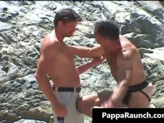 Two homo guys zuigen lul en neuken openlucht