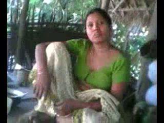 Desi villaggio aunty mostra poppe su richiesta wid audio - desibate*