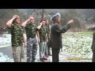 Militar senhora gets soldiers ejaculações
