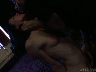 James questions een vampier en sedates haar met zijn sperma