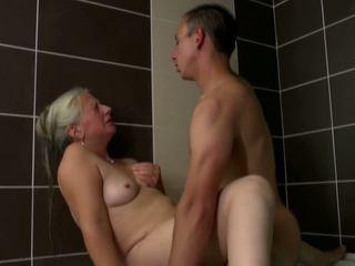 Vecs māte takes jauns dzimumloceklis uz vannas istaba, hd porno 2e