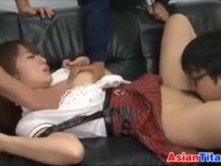 Lief aziatisch schoolmeisje swallows sperma
