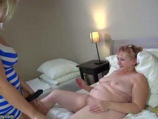 Oldnanny nxehtë step-mom lezbike qij me strapon