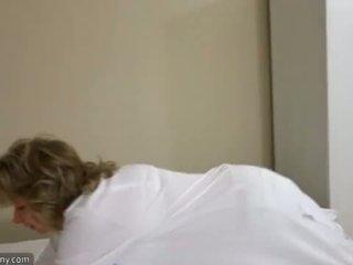 Oldnanny seksikäs äiti kanssa ten masturbate päällä sänky