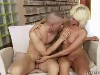 बस्टी फॅट ग्रॅनड्मा enjoys कठिन सेक्स