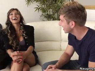 Esperanza gomez takes une jeune bite sur la canapé