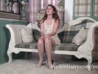 Jada е playful и секси като тя strips на стол