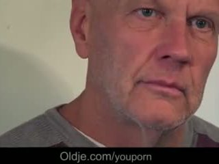 Noor beib flirting ja keppimine two vana guys edasi the köögis tabel video