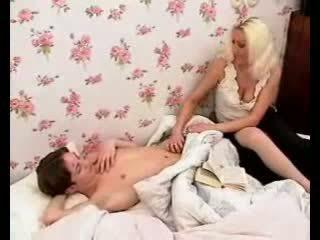 Aistringas mama daro berniukas bybis sunkus su karštas čiulpimas ir smaukymasis.