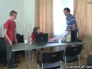 Seks tiga orang kantor hubungan intim dengan perempuan tua <span class=duration>- 6 min</span>