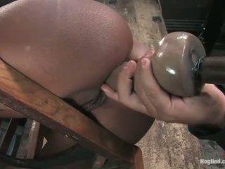 Monique tied naar een stoel en gets bips geneukt met dildo