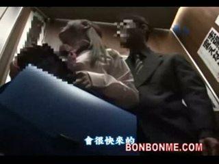 जपानीस स्कूलगर्ल gives भाग्यशाली guy एक ब्लोजॉब में elevator 01