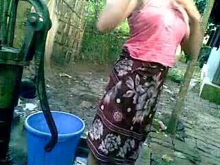 Bangladeshi - deshi فتاة سباحة في الهواء الطلق و recording