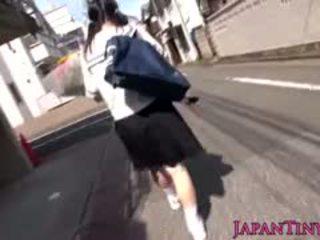 Liten japansk skolejente felledup