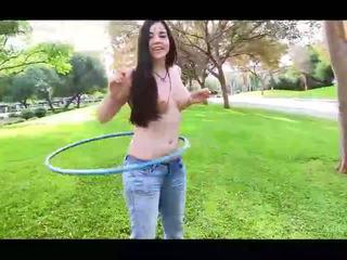 Nadine हॉट आमेचर ब्रुनेट गर्ल साथ प्राकृतिक टिट्स flashing टिट्स में पब्लिक और अनड्रेस्सिंग और खेलने hoola hoop