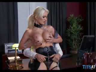 Collared rambut pirang seks mainan di pekerjaan, gratis resolusi tinggi porno ec