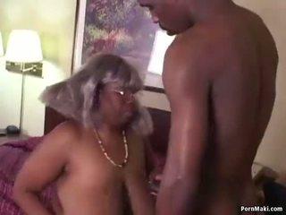 큰 아름다운 여자 흑단 할머니