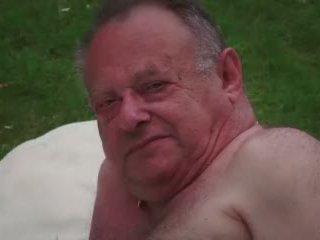 Підліток володарка masturbates в той час як трахання старий зрада guy takes кінчання відео