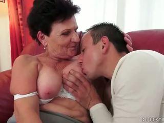 Con trai fucks busty bà nội trên sofa